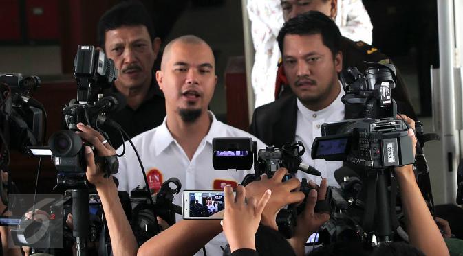 Musisi Ahmad Dhani memberikan keterangan pers saat berada di Kejati DKI Jakarta, Jakarta, Senin (5/10/2015). Ahmad Dhani mengirimkan surat permohonan penahanan badan rutan terhadap Farhat Abbas. (Liputan6.com/Herman Zakharia)