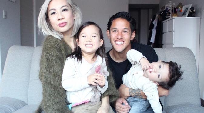 Irfan Bachdim dan Jeniffer Kurniawan, unjuk kemesraan dengan kedua anaknya. (jenniferbachdim.com)