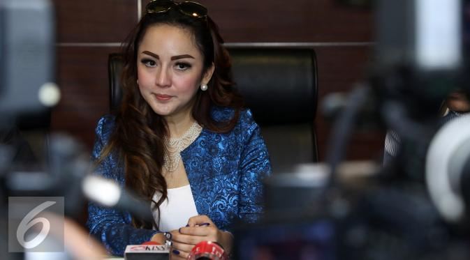 Regina Andriane Saputri saat melakukan laporan terhadap Farhat Abbas ke Peradi. [Foto: Herman Zakharia/Liputan6.com]