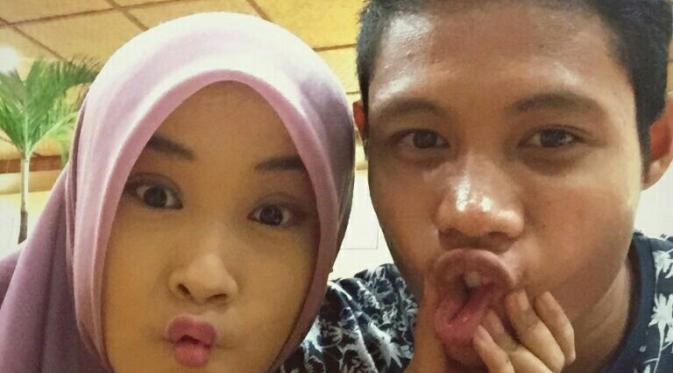 Evan Dimas dan pacarnya Ishardianti Rahma memasang ekspresi kocak saat berfoto bareng. (Bola.com/Zaidan Nazarul)