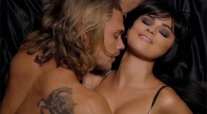 Selena Gomez tampil seksi di videoklip terbarunya `Hands To Myself` [foto: Hollywoodlife]