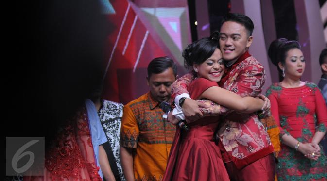 Lesti dan Danang yang merupakan kontestan asal Indonesia berpelukan usai Danang dinobatkan sebagai juara dalam Grand Final D'Academy Asia 2015 Result Show di Studio 5 Indosiar, Jakarta, Selasa (29/12). (Liputan6.com/Herman Zakharia)