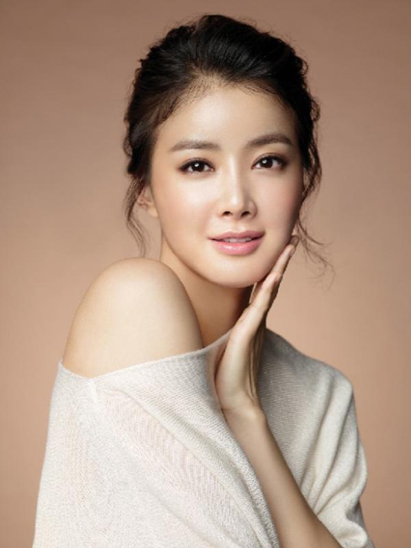 Bintang 'My Beautiful Bride' Lee Si Young melakukan sejumlah operasi plastik 10 tahun lalu. Ia pun mengaku jika tidak alasan baginya untuk menyembunyikan hal ini karena orang-orang telah melihat fotonya beberapa tahun lalu. (via kpopmusic.com)