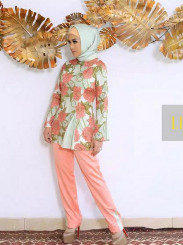 Krisdayanti mengenakan jilbab. Sumber: Instagram/krisdayantilemos