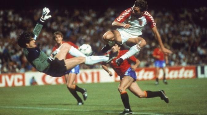 Kiper legendaris Spanyol, Luis Arconada, membuat penyelematan pada pertandingan semifinal Piala Eropa 1980 melawan Denmark, di Stade de Gerland, 24 Juni 1984. (UEFA)