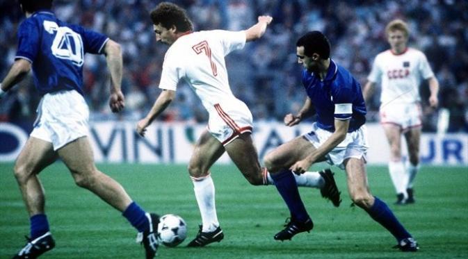 Pemain Uni Soviet, Sergei Aleinikov (tengah nomor 7), saat mencoba melewati hadangan bek Italia, Giuseppe Bergomi, pada semifinal Piala Eropa 1988, di Neckarstadion, Stuttgart, 22 Juni 1988. (UEFA)