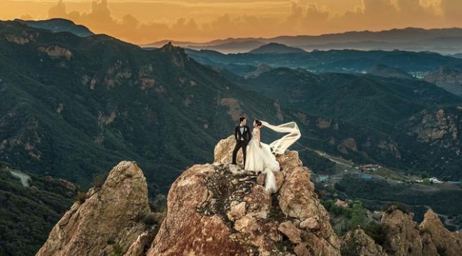 Foto pra-wedding di puncak tebing (sumber. cosmopolitan)