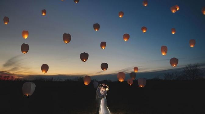 Foto pra-wedding di antara lampion yang diterbangkan (sumber. Cosmopolitan.com)