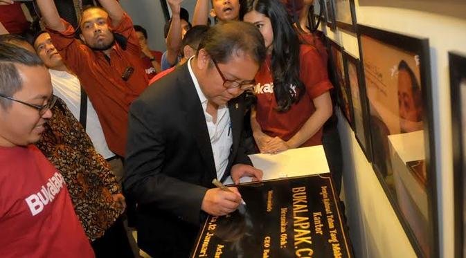 Menkominfo Rudiantara menandatangani prasasti peresmian kantor baru Bukalapak (Liputan6.com/Faisal R Syam)