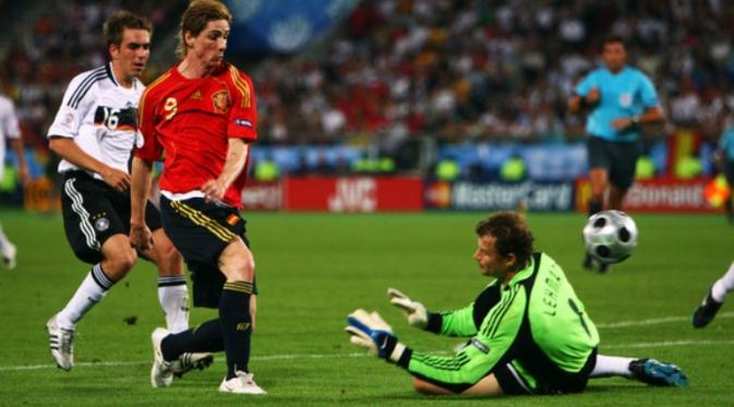 Striker tim nasional Spanyol, Fernando Torres, melepaskan tendangan yang berujung gol ke gawang Jerman, pada partai final Piala Eropa 2008, di Ernst-Happel-Stadion, Vienna, 29 Juni 2008. (UEFA)