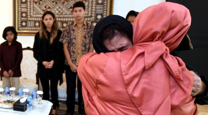 Menteri Susi Pudjiastuti terlihat menangis di pelukan Iriana Widodo pada Selasa (19/1), selepas kepergian sang putra sulung, Panji Hilmansyah. | via: Rumgapres
