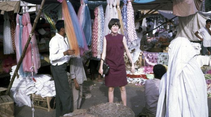 Memilih-milih scarf di pasar. (Via: dailymail.co.uk)