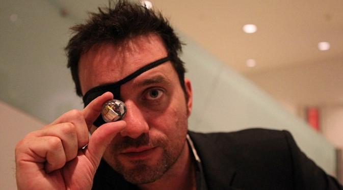 Buta Sebelah, Pembuat Film Ini Ganti Matanya dengan Kamera   via: dailymail.co.uk