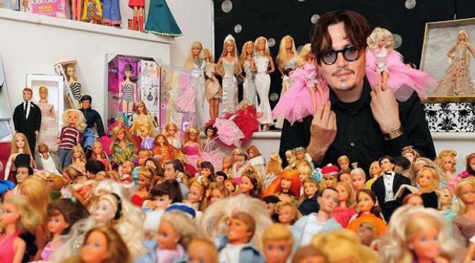 Johnny Depp dengan koleksi boneka barbie. (foto: The Sun)