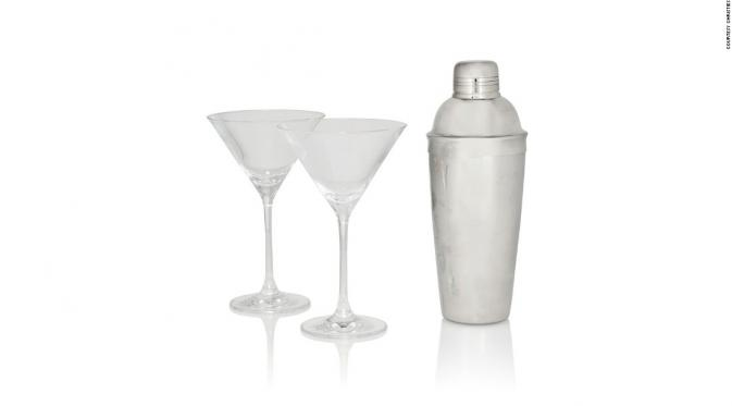 Pengocok minuman martini dan dua gelas koktail yang akan dilelang. (CNN)