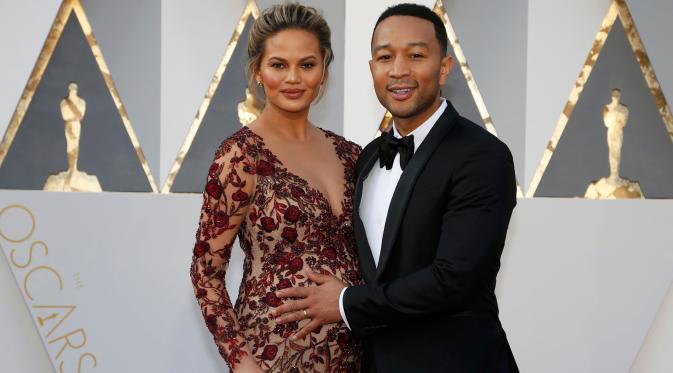 Chrissy Teigen dan John Legend (Reuters/Lucy Nicholson)