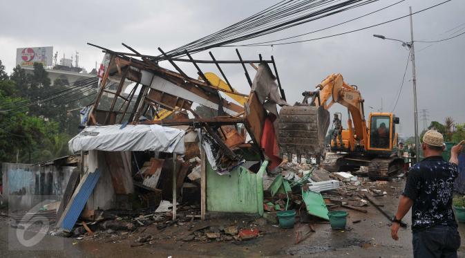 Alat berat dikerahkan untuk meratakan bangunan di kawasan Kalijodo, Jakarta, Senin (29/2). Sebelumnya warga Kalijodo telah dipindahkan untuk dilakukannya perataan kawasam Kalijodo. (Liputan6.com/Gempur M Surya)