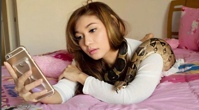 Baby Margareth dengan koleksi ularnya