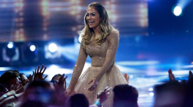 Penyanyi seksi Jennifer Lopez menyapa para penonton saat menghadiri final American Idol di Hollywood, California, Kamis (7/4/2016). Wanita yang terkenal dengan nama J-Lo itu hadir untuk menjadi juri. (REUTERS/Mario Anzuoni)