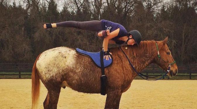 Hebat, Atlit Ini Lakukan Yoga Sambil Menunggang Kuda. Sumber : mymodernmet.com