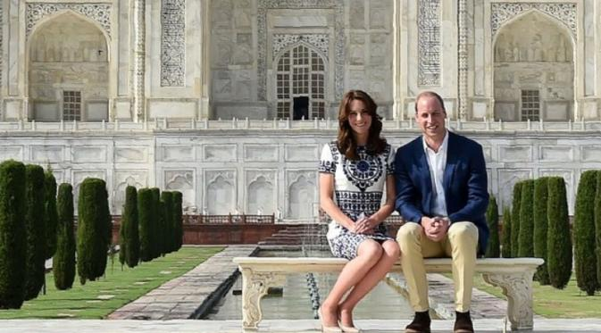 Kate Middleton dan Pangeran William di Taj Mahal. Sumber: Huffington Post/Getty