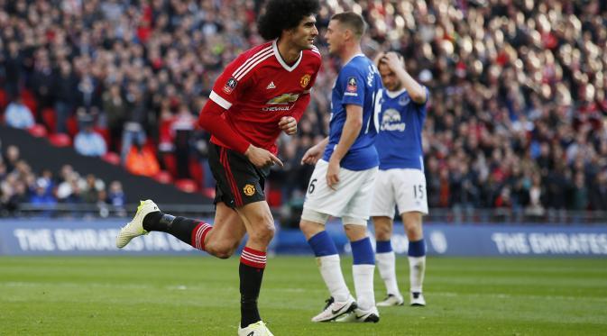 Marouane Fellaini melakukan selebrasi usai mencetak gol ke gawang Everton, mantan klubya. (Reuters)