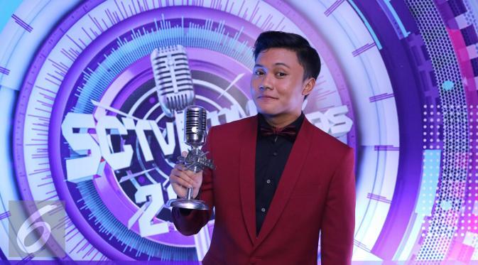 Rizky Febian  usai menerima penghargaan untuk kategori Pendatang Baru Paling Ngetop di acara SCTV Music Award, Jakarta, Kamis (28/4/2016). (Liputan6.com/Herman Zakharia)
