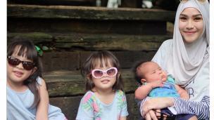 Zaskia Adya Mecca bersama tiga anaknya.