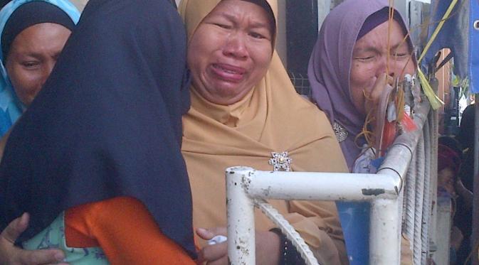 Sejumlah kerabat Feby Kurnia menangisi kematian mahasiswi Geofisika UGM. (Liputan6.com/Ajang Nurdin)
