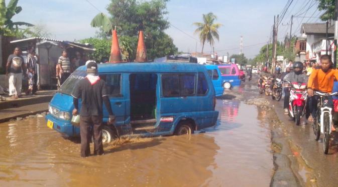 Akibat jalan rusak di Kabupaten Bogor, para sopir mengaku kendaraan mereka sering mengalami kerusakan (Liputan6.com/Achmad Sudarno).