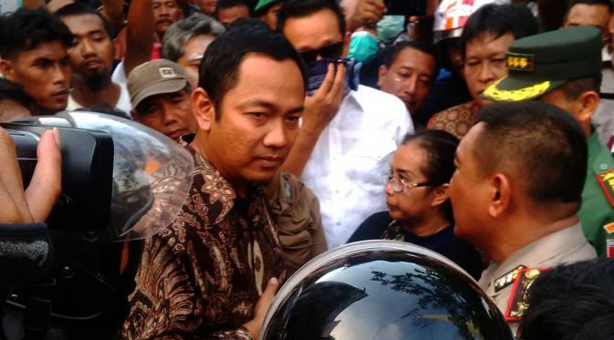 Wali Kota Semarang Hendrar Prihadi berdebat dengan Kapolrestabes meminta eksekusi penggusuran Kampung Kebonharjo dihentikan. (Liputan6.com/Edhie Prayitno Ige)
