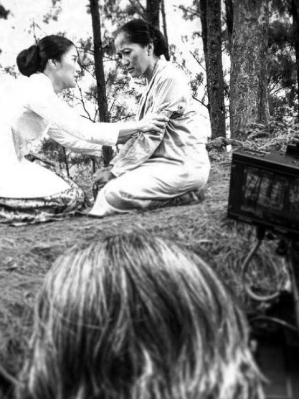 Dian Sastrowardoyo saat syuting film Kartini. (Instagram - @hanungbramantyo)
