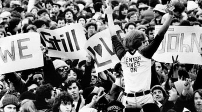 Penggemar John Lennon yang memadati pemakamannya (BBC)
