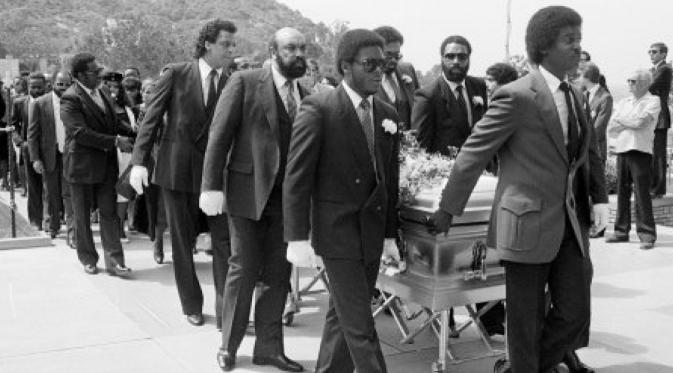 Suasanan pemakaman Marvin Gaye, rapper yang tewas 1 April 1984 akibat ditembak ayah kandungnya sendiri (Huffington Post)