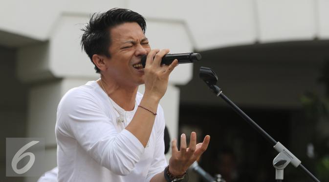 Penampilan Vokalis band Noah Ariel dalam Intimate Music Concert bertajuk