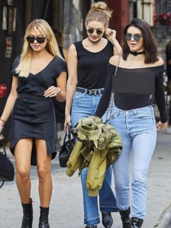 Kali ini Kendall Jenner membuat sensasi dan menjadi pusat perhatian publik akan penampilannya ketika sedang Hangout bersama Hailey Baldwin dan Gigi Hadid. (aceshowbiz/Bintang.com)