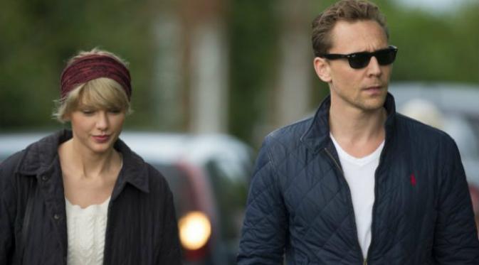 Bertemu dengan ibu dari Tom Hiddleston, sang kekasih, Taylor Swift tampil berbeda. Sumber: Metro.co.uk.