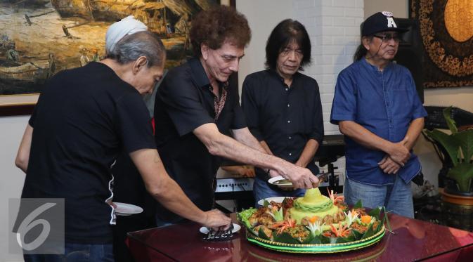 Grup band rock legendaris God Bless memotong tumpeng pada saat syukuran pembuatan album ke 7. (Liputan6.com/Herman Zakharia)