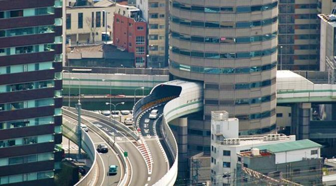 Salah satu bangunan yang cukup menyita perhatian adalah gedung 'The Gate Tower' di Kota Osaka, Jepang.