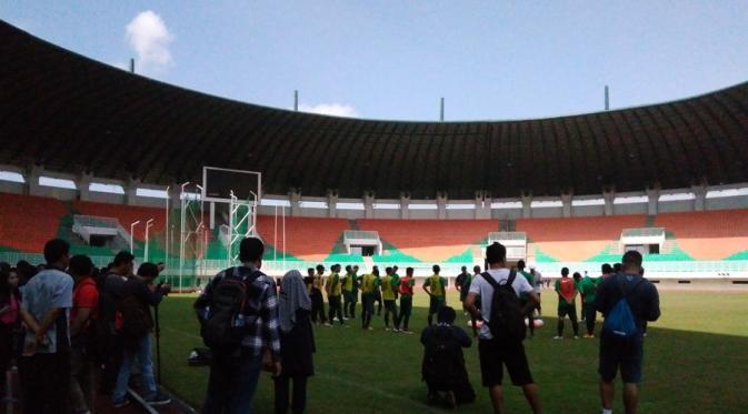 Suasana pada seleksi perdana Timnas Senior di Stadion Pakansari, Bogor, dibanjiri wartawan dan ditonton PNS. (Bola.com/Wiwig Prayugi)