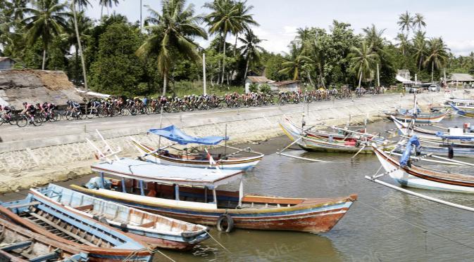 Perahu Nelayan saat dilintasi oleh para pebalap pada etape ke-5 Tour de Singkarak dari Pantai Carocok-Painan menuju pantai Gondoriah-Pariaman, Sumatera Barart. (Bola.com/Nicklas Hanoatubun)