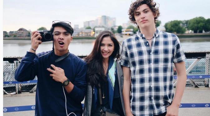 Jessica Mila bersama Ricky Harun dan Maxx Palmer di lokasi syuting film From London to Bali. (Instagram)