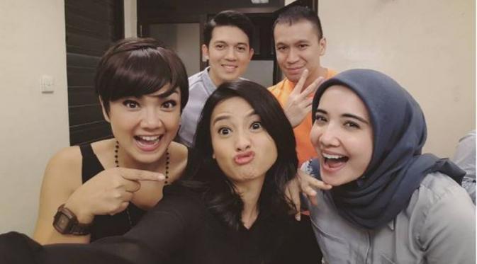 Zaskia Sungkar dan Irwansyah mengajak Acha Septriasa, Nirina Zubir dan Samuel Rizal dalam proyek film terbaru [foto: instagram/zaskiasungkar15]