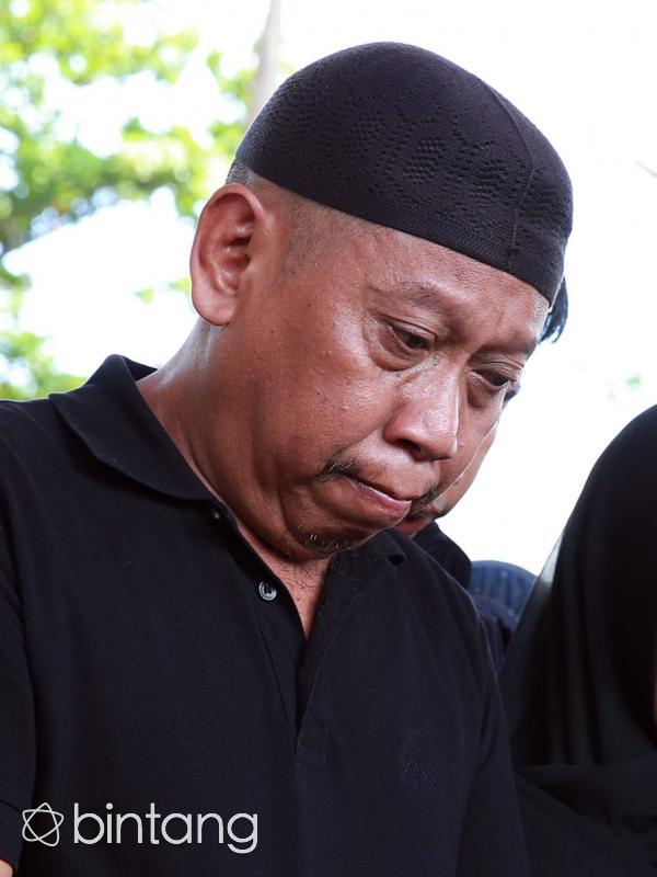Tukul Arwana saat pemakaman sang istri. (Deki Prayoga/bintang.com)