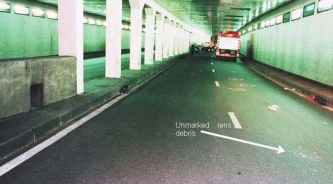 Bekas decitan ban di aspal jalan terowongan Alma, Paris (Express.co.uk)