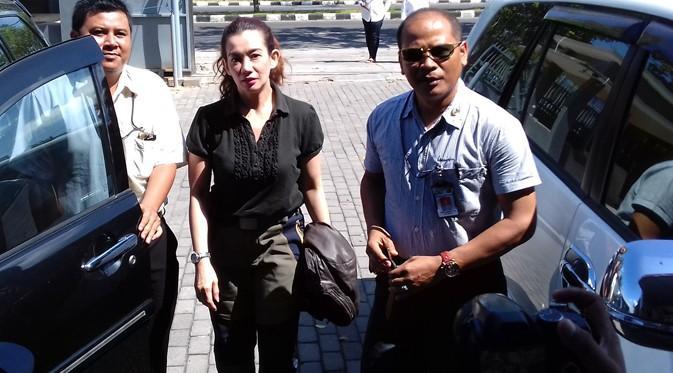 Reza Artamevia saat tiba di kantor Badan Narkotika Nasional Provinsi (BNNP) NTB, Kamis (1/9/2016) (Liputan6.com/Hans Bahanan)