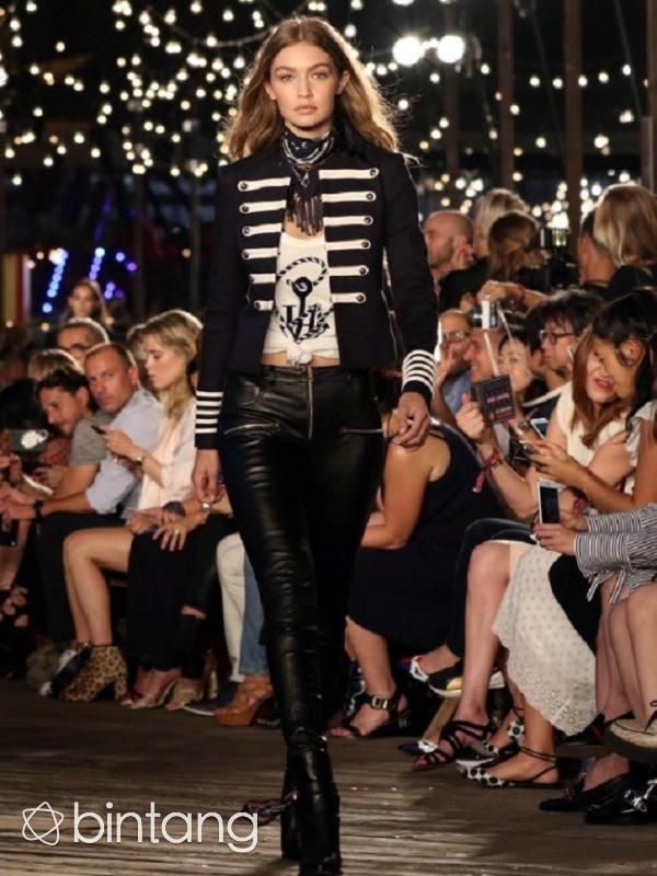 Gigi Hadid saat tampil dalam kolaborasi bersama Tommy Hilfiger di New York Fashion Week. (AFP/Bintang.com)