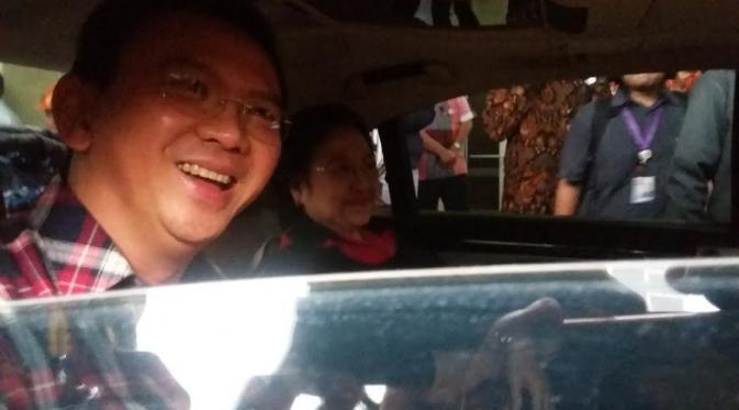Ahok dan Ketua Umum PDIP Megawati Soekarnoputri berada di dalam satu mobil saat menuju ke KPU (Liputan6.com/ Delvira Chaerani Hutabarat)