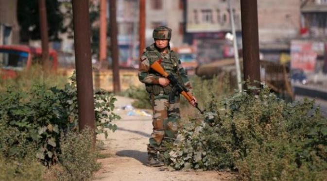 Tentara India berjaga di kawasan Kashmir (Reuters: Danish Ismail)