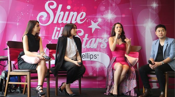 Para Narasumber dan Julie Estelle sebagai Brand Ambassador saat memberikan tips merawat rambut di sharing session Women's Talk: Shine Like Stars with Ellips dan Liputan6.com (Foto: Hidya Anindyati)